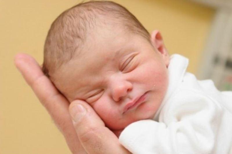 Come pulire le orecchie, gli occhi e il naso dei neonati