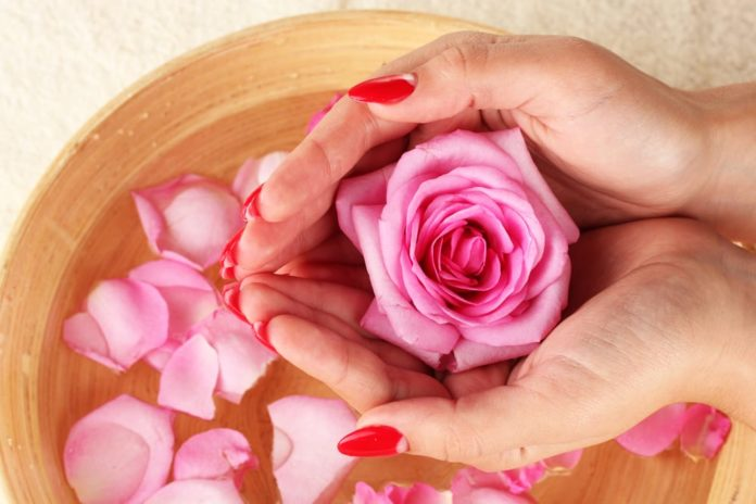 Come preparare un tonico all'acqua di rose