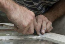 Come sostituire lo stucco intorno al vetro della finestra
