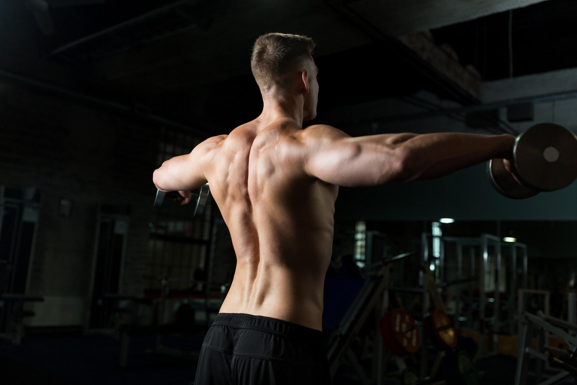 come allargare le spalle